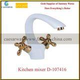 Double Croix peinte en blanc les robinets de mélangeur de cuisine