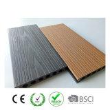 Composé en plastique en bois recouvert extérieur WPC de coextrusion composée de Decking