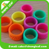 Manera personalizada que hace publicidad de los anillos de dedo coloridos del silicón (SLF-SR020)