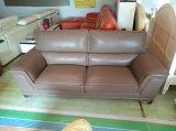 Un sofà di cuoio delle 3+2 sedi