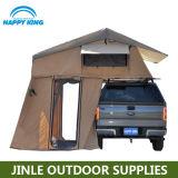 屋外の柔らかい車の屋根の上のテント