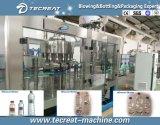 Bouteille d'animal familier buvant l'usine remplissante de l'eau minérale