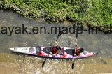 Двойник сидит в Kayak с затворами 2 частей для участвовать в гонке