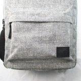 学校のバックパックに戻ってリサイクルされるヒースの灰色