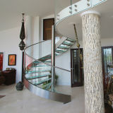 Escalera curvada de acero inoxidable con banda de rodadura de madera y barandilla de vidrio