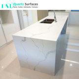 Bancada de quartzo branca artificial com veias cinza