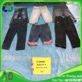 Calças de brim de vestuário usadas homens do Mens brevemente em umas balas para a venda