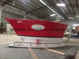 Красный цвет формы на лодке со стойкой администратора для управления