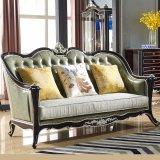木製のソファーフレームおよび側面表(101)が付いている標準的な革ソファー