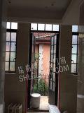 Portello d'acciaio della bella entrata dei portelli della chiesa per la Camera