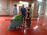 Camminata commerciale di Vacumn dietro l'impianto di lavaggio del pavimento