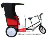 2つのシートが付いている電気タクシーの人力車を運んでいるスマートな乗客