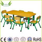 يستعمل أطفال يمزح أثاث لازم طاولة مع كرسي تثبيت