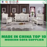 居間の古典的なソファーは本革とセットした