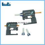 Los niños tapa las pistolas de juguete de plástico barato