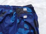 Il nuoto blu di Camo degli uomini mette Boardshorts in cortocircuito