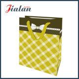 Boutique empaquetant le sac de papier estampé par logo fait sur commande pour des vêtements