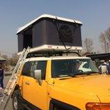 SUVのキャンプ車の屋外の堅いシェルの屋根の上のテント
