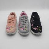 花の刺繍を持つSoft Running Sport Shoes決め付けられた女性