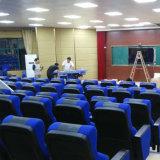 Portée de salle avec le microphone et le montage public de salle de présidence de salle de présidence de présidences de théâtre de conférence de système de traduction (R-6143)