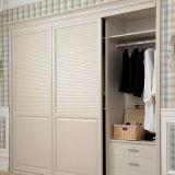 Weißer eingebauter moderner geschlossener Luftschlitz, der hölzerne Schlafzimmer-Garderobe (YG11319, schiebt)