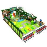 O parque de diversões inflável caçoa o campo de jogos
