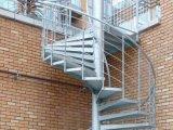Escalera espiral con la barandilla del PVC y las vigas de acero inoxidables