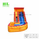 Diapositiva inflable gigante con una piscina desmontable