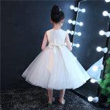 O marfim borda o vestido da menina de flor