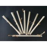 라피아 야자를 가진 유포자 등나무 갈대 지팡이