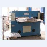 Máquina cortando da gaxeta hidráulica de feltro