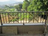 高品質バルコニーの手すりのためのアルミニウム階段手すりの錬鉄の柵