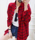 上の方法女性の原因の格子縞のBottonの赤いポロシャツ