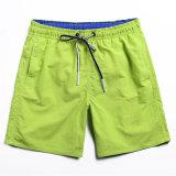 Lo svago di Pinochetto degli uomini alla moda mette i pantaloni in cortocircuito casuali della spiaggia dei pantaloni allentati di estate