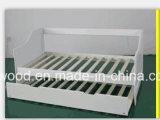 وحيدة [وهيت بين] سرير خشبيّ مع [أوندربد]