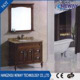 Старинная пола в ванной в ванной комнате цельной древесины кабинета зеркала в противосолнечном козырьке