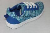 青いポリエステル上部のおよび注入された靴、ズック靴