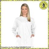 綿がユニフォームをごしごし洗う病院の医学の看護婦/女性はごしごし洗う