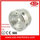 CNC che lavora parte alla macchina girata dello zoccolo di alluminio