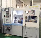 Máquina CNC de precisión con el cargador de pórtico en la bandeja