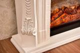Sculpture en bois blanche normale en bordure de mantel de cheminée découpant la cheminée