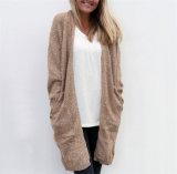 Lavori o indumenti a maglia lunghi dei manicotti di stile delle donne del maglione lungo del cardigan