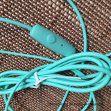 Fones de ouvido intra-auriculares com microfone Fone de ouvido coloridos 3,5mm versão básica de auriculares para Smartphones