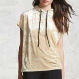 女性は短い袖のビロードのHoodiesのTシャツのブラウスを作る