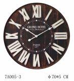 El blanco numera el reloj de madera negro con la luz con Brown antiguo