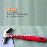 La mano del hardware della costruzione H-152 lavora il martello da carpentiere capo nero con la maniglia della vetroresina