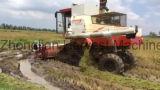 Reis-Paddy-Mähdrescher mit Gleiskette tippen nasses Land ein