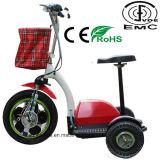 Anziani tre della rotella del motorino elettrico di mobilità con il certificato del Ce