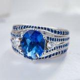 Un anello d'argento di due toni con la CZ blu e bianca