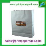 食糧パッケージのペーパーハンドルが付いている白いクラフト紙袋